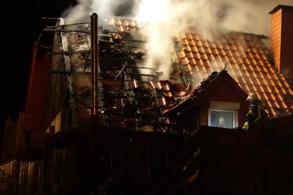 Der Brand verursachte einen Schaden von mindestens 150.000 Euro. Das Haus ist unbewohnbar.