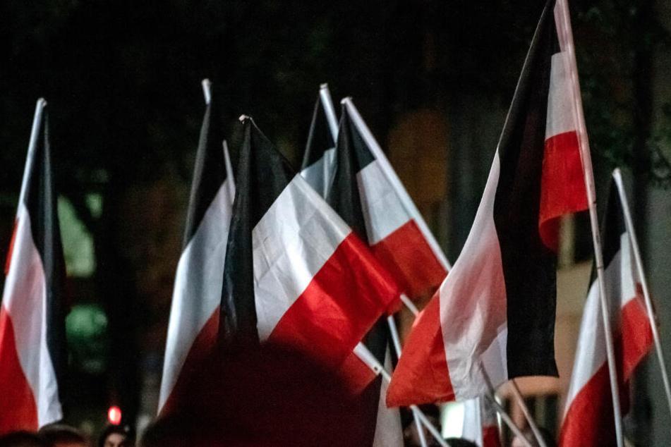 Reichsflaggen auf einer rechtsextremen Demonstration in Dortmund. (Archivbild)