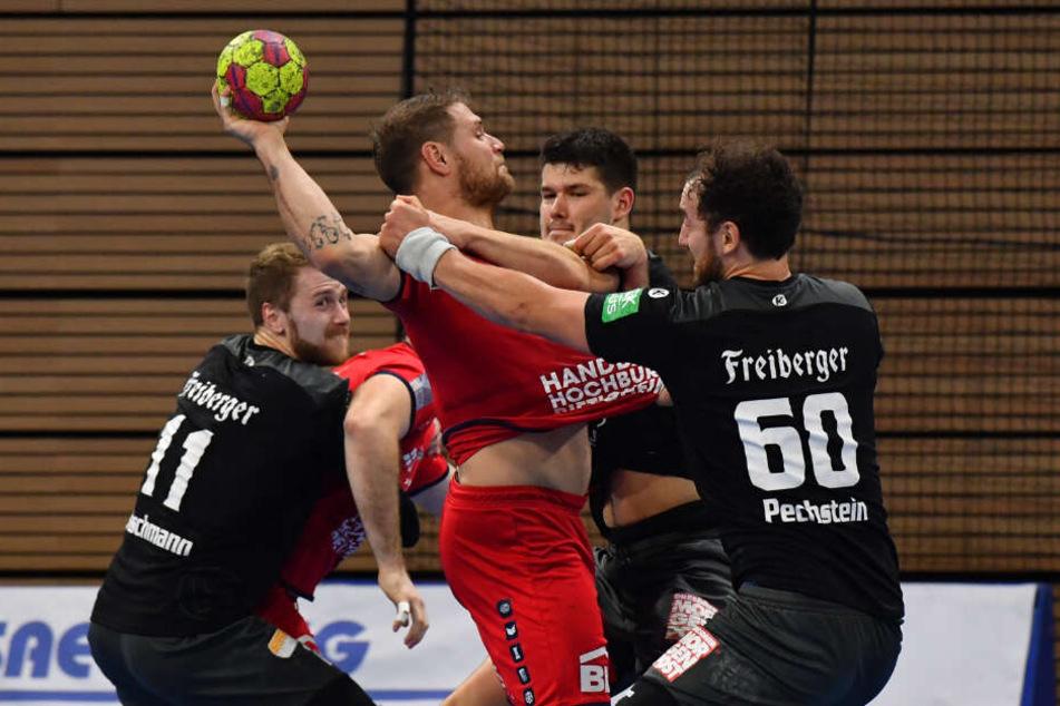 Am Ball: Michael Kraus (Bietigheim), links: Arseniy Buschmann, rechts: Marc Pechstein und dahinter Philip Jungemann (alle Dresden).