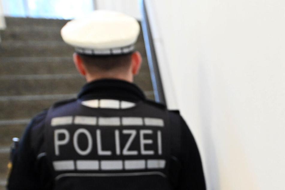 Ein uniformierter Polizeibeamter mit Mütze (Symbolbild).