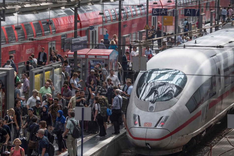 Verspätungen der Regional- und S-Bahnen sorgten bei den Pendlern am Frankfurter Hauptbahnhof zum Wochenstart für viel Frust.