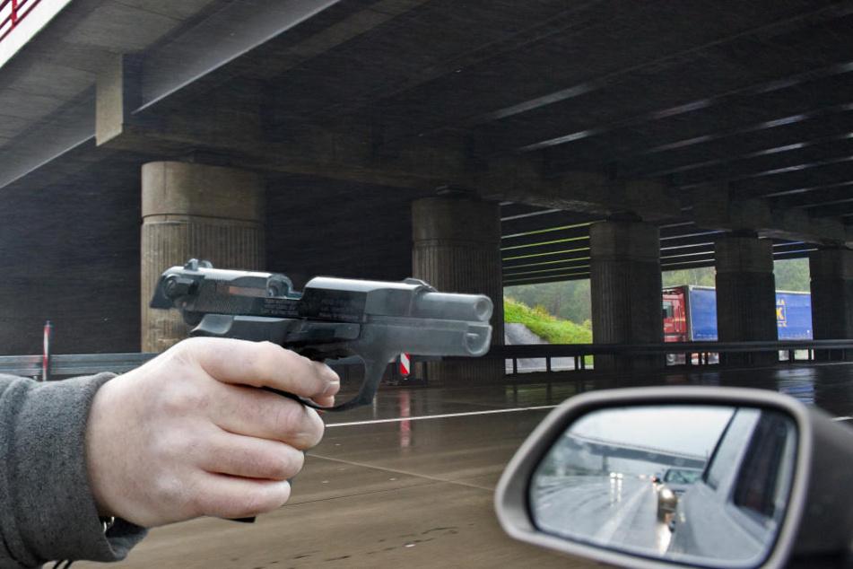 Aus einem fahrenden Auto schoss ein Mann auf ein Fahrzeug neben ihm. (Bildmontage)