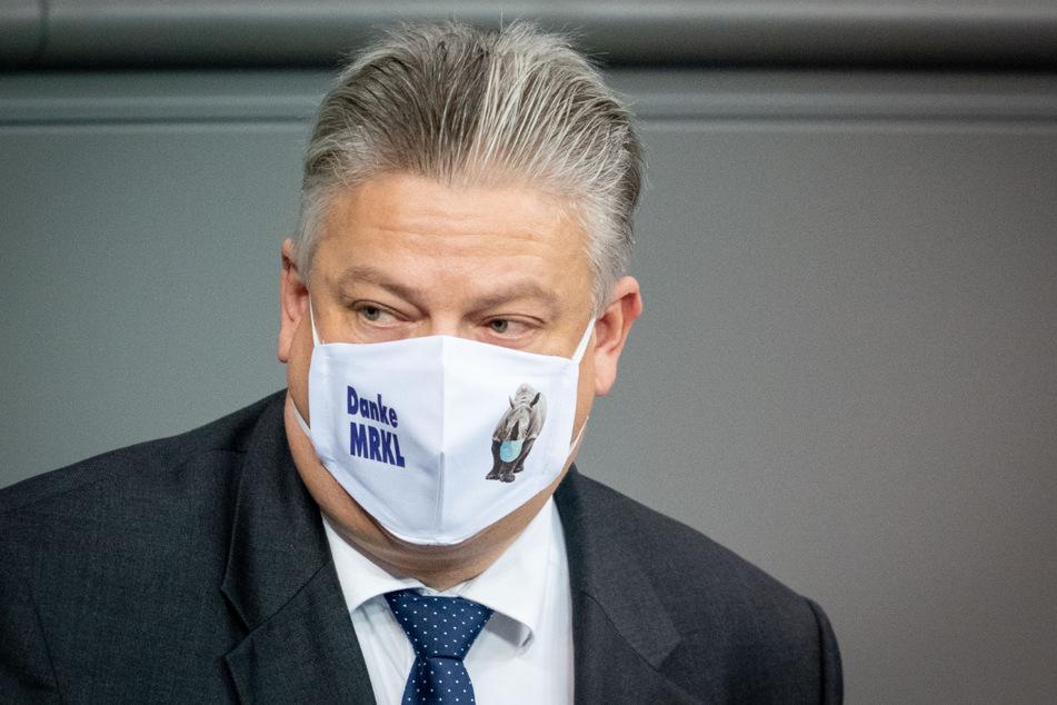 """Berlin, 30. Oktober 2020: Thomas Seitz mit """"Danke MRKL""""-Mundschutz im Bundestag."""