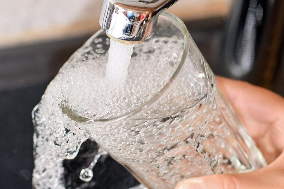 Noch immer abgekocht werden muss das Leitungswasser in Teilen des Kreises Göppingen. (Symbolbild)