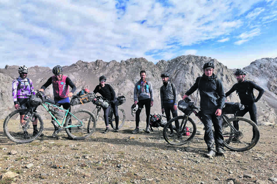 Zufälliges Gipfeltreffen auf über 3900 Metern: Auf dem Tash-Rabat-Pass war eher Schieben als Radeln angesagt.