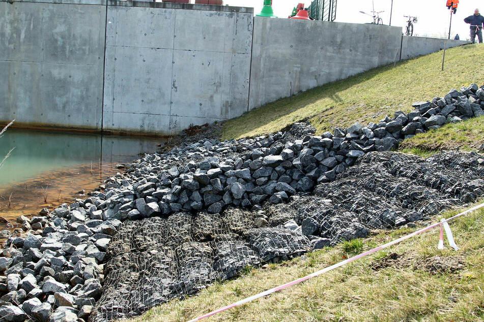 Mit Steinmatten hatte man vergeblich versucht, die abgesackte Böschung zu stabilisieren. Das Schleusenbauwerk dahinter könnte unterspült sein, so die Befürchtung der Experten.