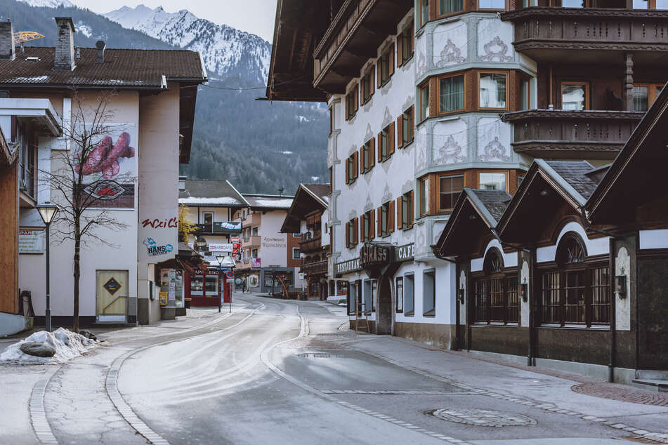 Österreich, Mayrhofen: Eine Straße im Ort ist menschenleer.