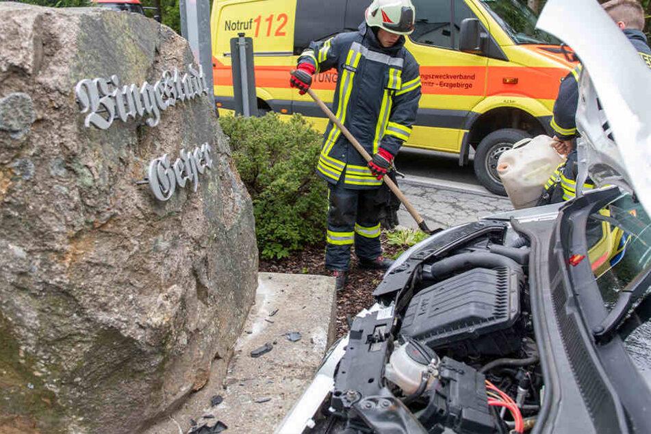 Der VW wurde gegen den Begrüßungsstein von Geyer geschleudert.