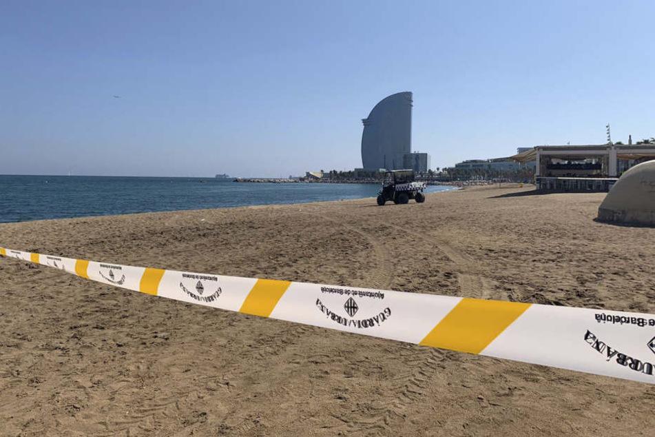 So leer kennt man die Playa de Sant Sebastià sonst nicht.