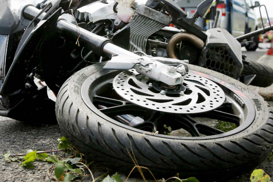 Bei einem Zusammenstoß mit einem Auto, wurde ein Rollerfahrer tödlich verletzt. (Symbolbild)