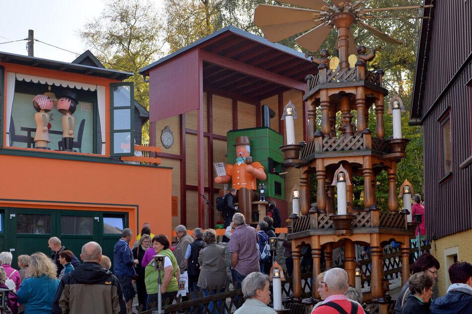 """Im Erzgebirge gehört das """"Spielzeugdorf"""" Seiffen einfach zur Weihnachtszeit dazu. Der Kurort lebt von der traditionellen Holzkunst. (Archivbild)"""