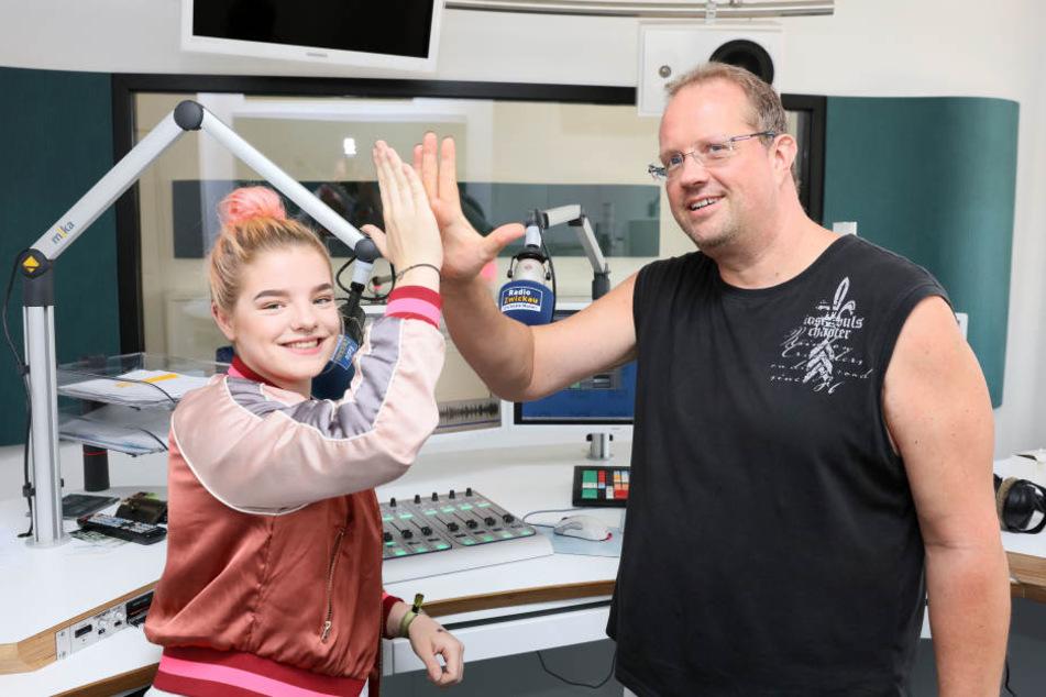"""""""Zwickau sucht den Superstar""""-Finalistin Luise Heide (17) zu Gast bei Radio Zwickau mit Moderator Raik Bartnik."""