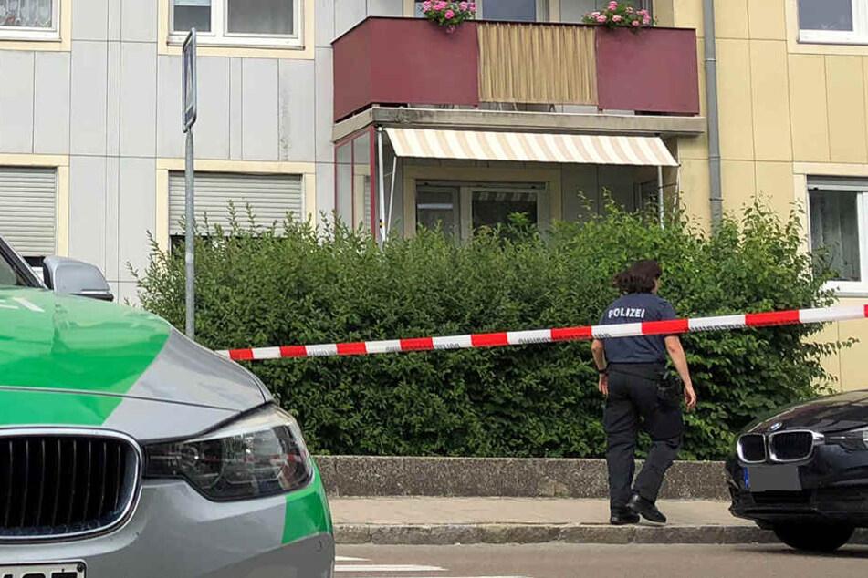 Vier Leichen fanden die Beamten in einer Wohnung. Die Ermittlungen der Kripo laufen.