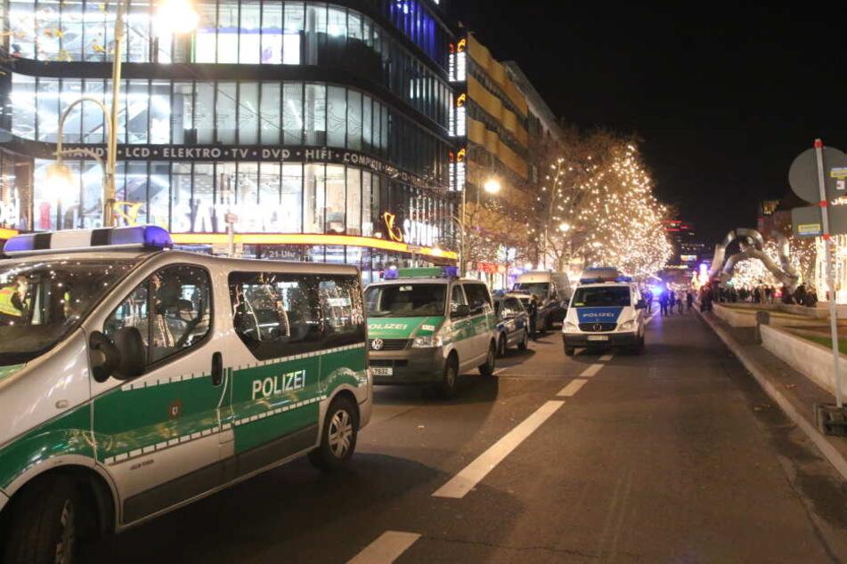 Die Polizei hat den WEIHNACHTSMARKT AN BERLINER GEDÄCHTNISKIRCHE geräumt.
