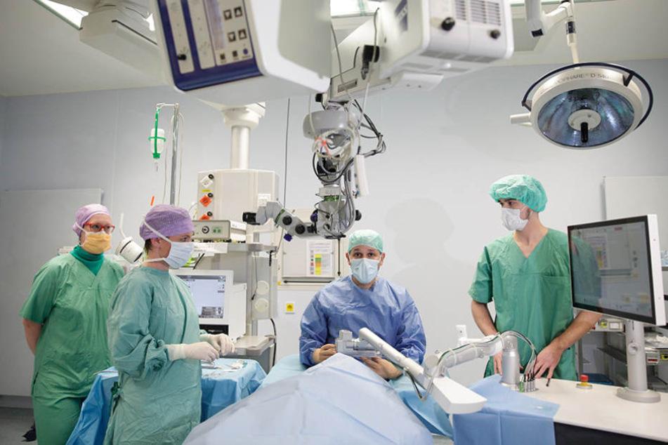 Das OP-Team um Professor Frederik Raiskup (2.v.r.) mit dem neuen Augenlaser  der Uniklinik.