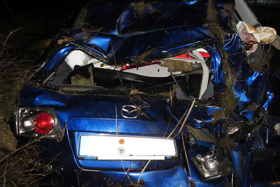 Der Mazda überschlug sich und kam auf dem Dach liegend zum Stehen.