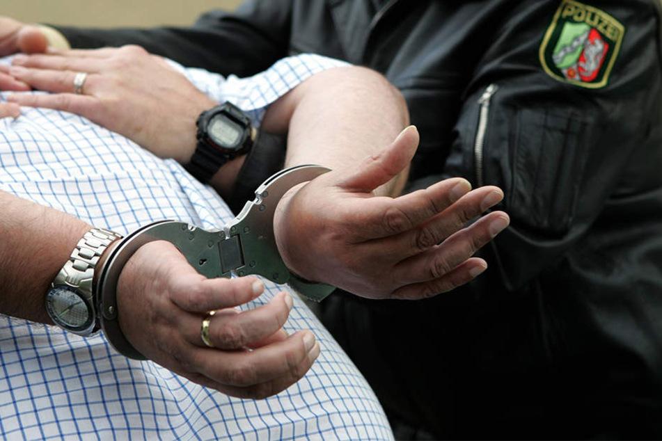 Zivilfahnder und Streifenbeamten nahmen den flüchtigen Häftling in einer Wohnung fest (Symbolbild).