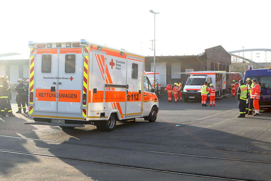 Rettungswagen, THW und Einsatzkräfte versammelten sich auf einem früheren Lokomotiv-Gelände.
