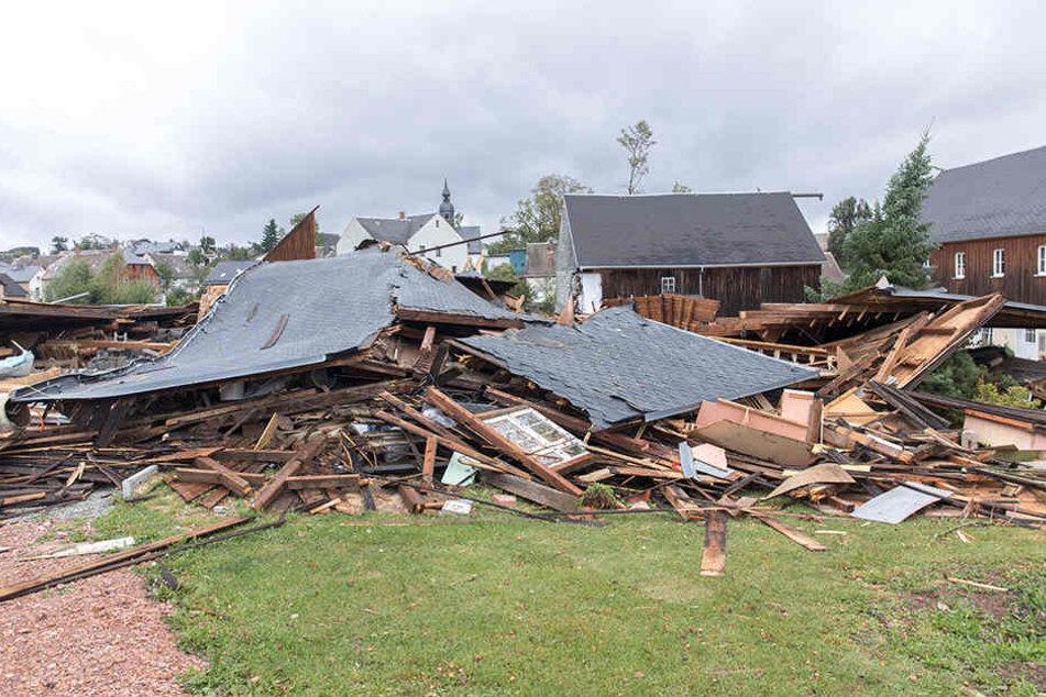 Abgedeckte Häuser, umgestürzte Bäume: Tornado-Alarm in Westsachsen!