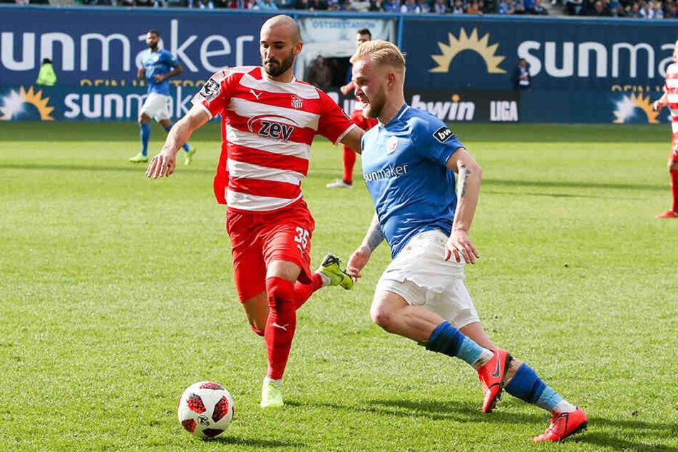 Nico Antonitsch (l.) setzt gegen Ex-Dynamo Marcel Hilßner zum Tackling an. Solche Aktionen hatten in der ersten Halbzeit Seltenheitswert.