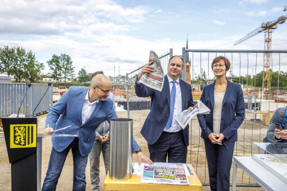 Auch eine Morgenpost kommt in die Schatulle: Stesad-Geschäftsführer Axel Walther  (50.l.) und OB Dirk Hilbert (45, FDP,M.) legten den Grundstein für das Schulgebäude.