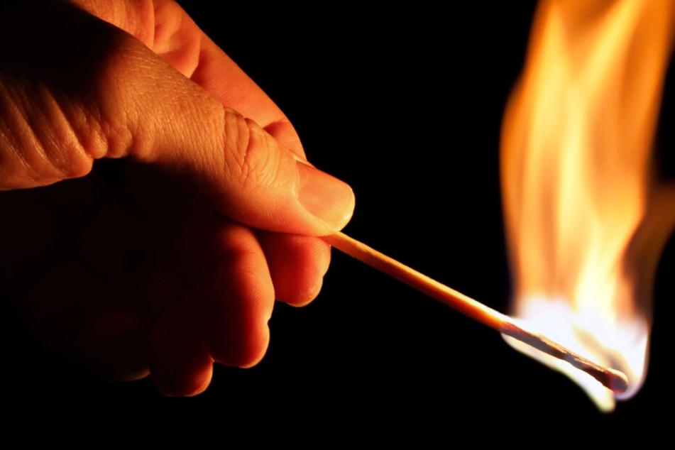 Dem 35-Jährigen wird versuchte Brandstiftung und versuchter Mord zur Last gelegt (Symbolbild).