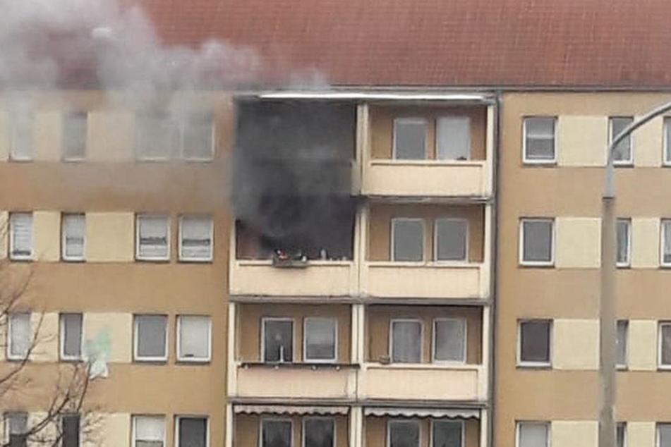 drei verletzte wohnung in mehrfamilienhaus brennt. Black Bedroom Furniture Sets. Home Design Ideas