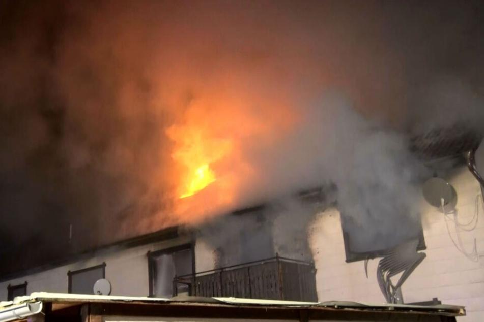 Haus in Flammen! Feuer reißt die Bewohner aus dem Schlaf