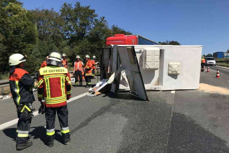 Der umgestürzte Wohnwagen blockierte die Fahrbahn.