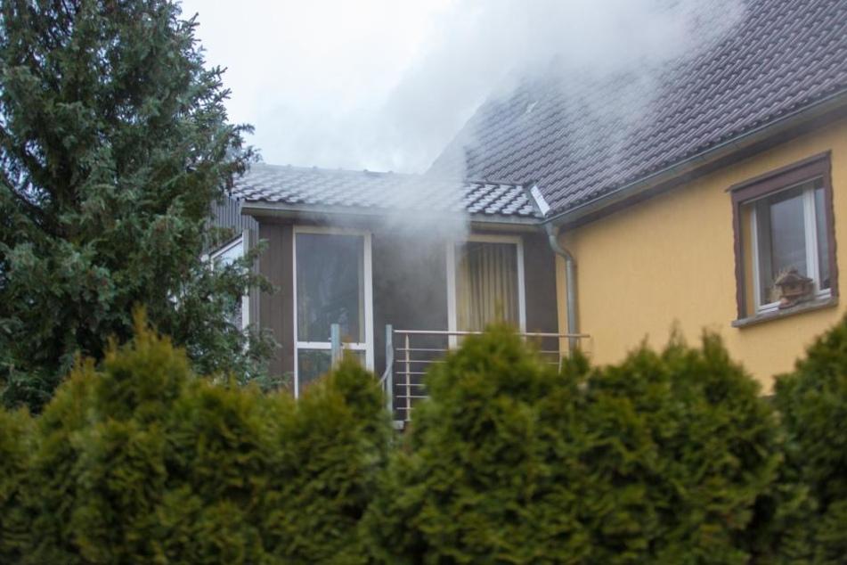 Auch als das Feuer schon gelöscht war, drang noch dichter Rauch aus dem Haus.