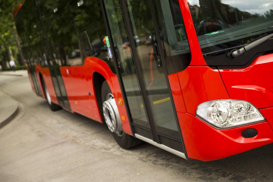 Zwei Menschen verletzt: Linienbus kracht in Frankfurt gegen Baum