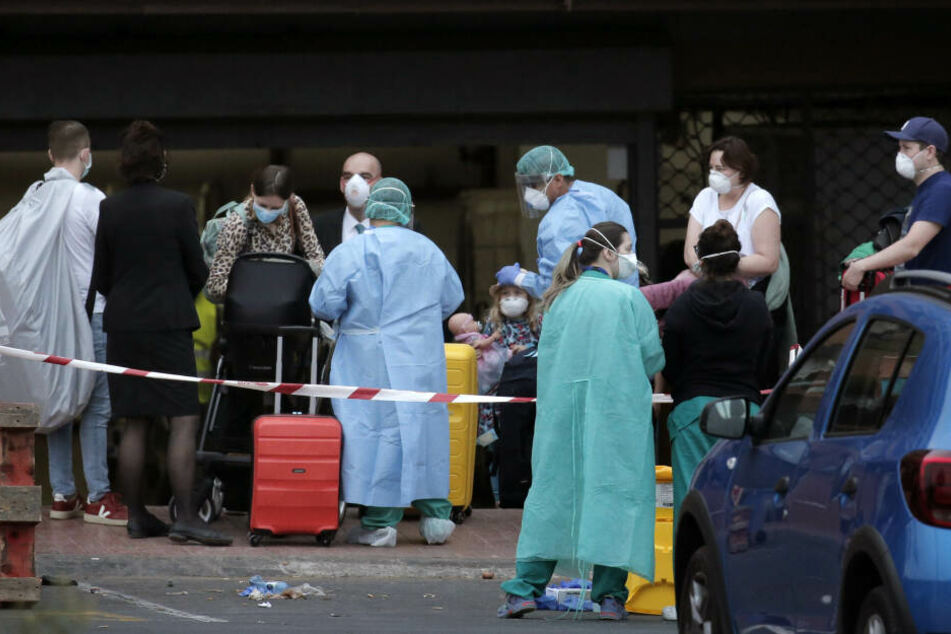 Gesundheitspersonal prüft den Zustand der Gäste im Hotel H10 Costa Adeje Palace in La Caleta.