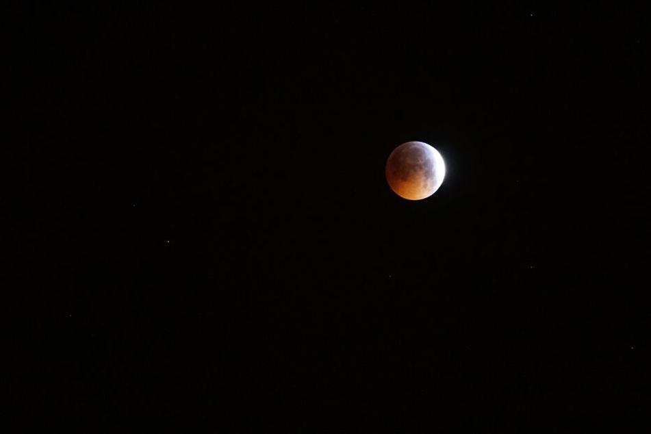 Der Mond über Chemnitz gegen 5.45 Uhr.