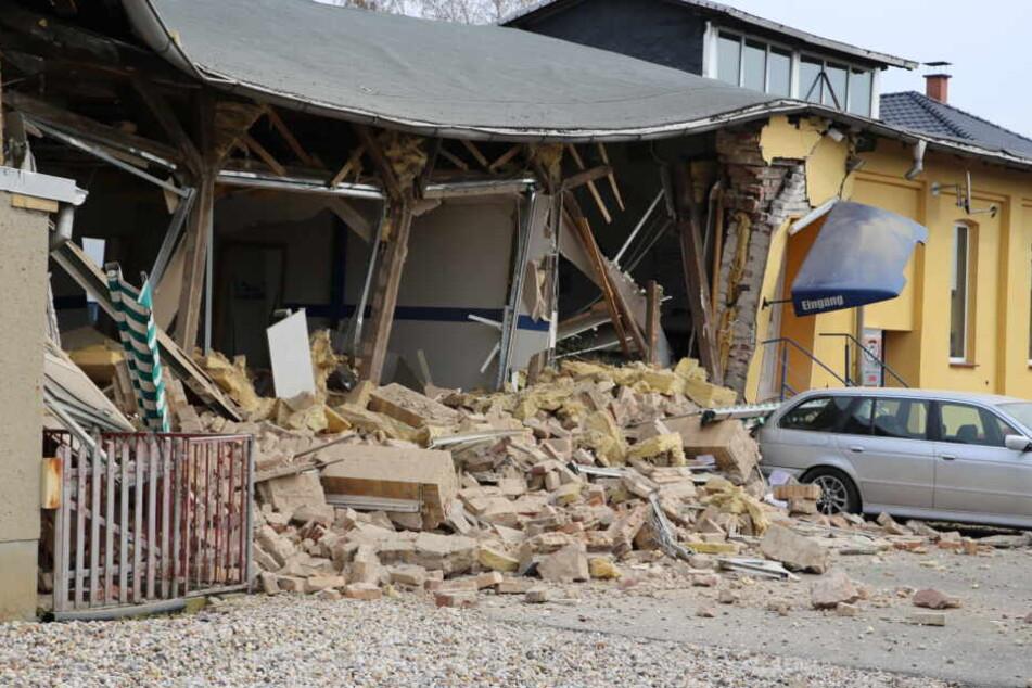 Spuren der heftigen Explosion am 3. April im sächsischen Krostitz bei Leipzig.