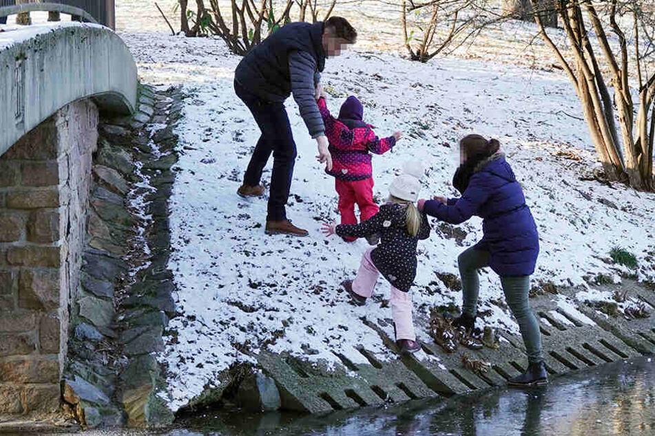 Husch, husch: Diese Familie wurde vom Stadtordnungsdienst über die Gefahr beim Betreten von Eisflächen belehrt.
