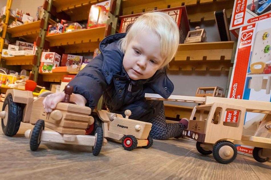 """""""So einen Trecker fährt mein Opa auch..."""" -Hannah Bäker (2) liebt Holzspielzeug."""