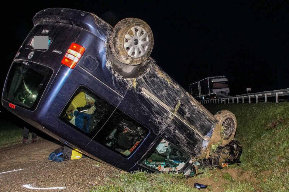 Auto landet nach Unfall auf dem Dach: Zwei Verletzte