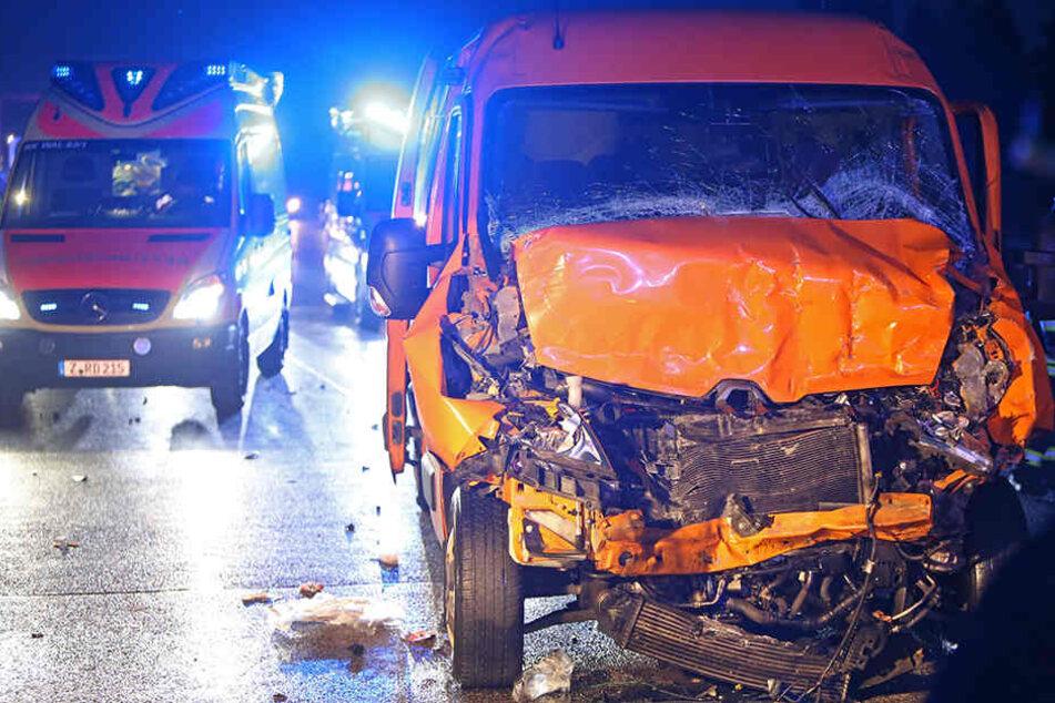 Bei dem Unfall wurden in dem Kleinbus vier Personen verletzt.
