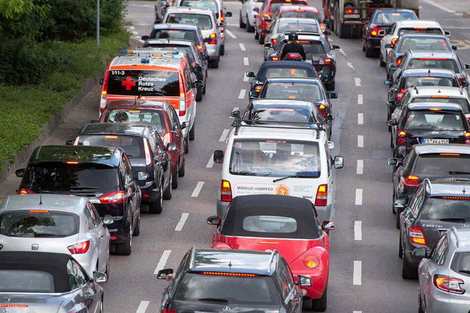 A14 bei Halle voll gesperrt Schwer Verletzter aus Fahrerhaus geschnitten