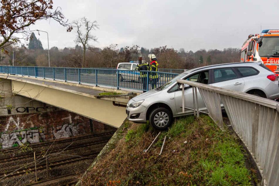 Schock für Opel-Fahrerin: Auto droht über Brückengelände auf Gleise zu stürzen
