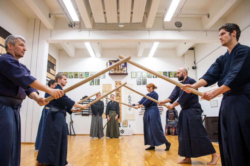 """Samurai-Schüler trainieren im """"Chiba-Dojo"""" mit Holzschwertern."""