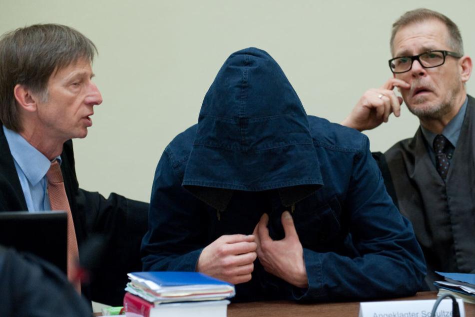 Carsten S. versteckte sich am Münchner Gericht unter seiner Kapuze.