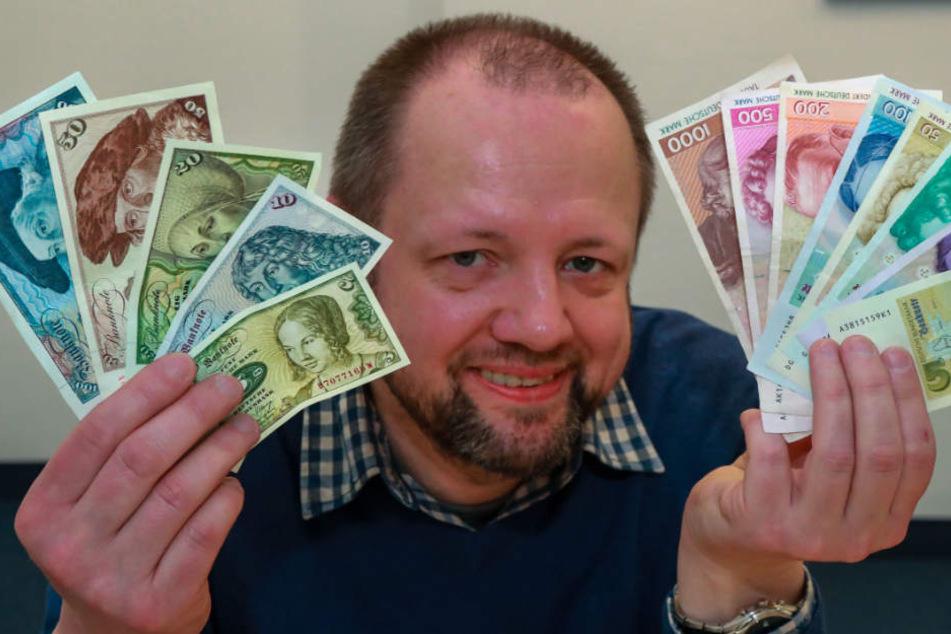 Michael Waßmann tauscht bei der Bundesbank D-Mark in Euro um.