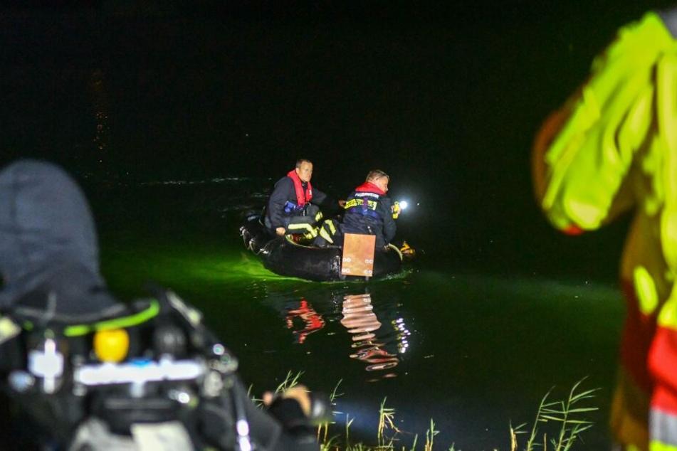 Seit Mittwochabend suchen Polizei und Feuerwehr im Neustädter See in Magdeburg nach einem Vermissten.