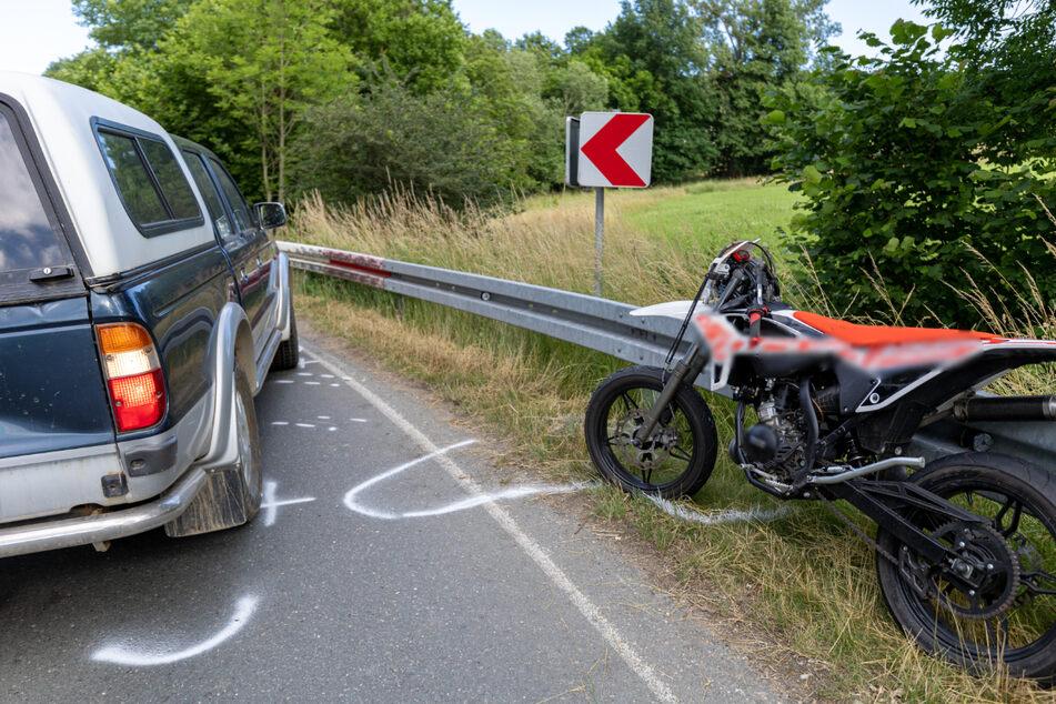 Am Mittwochabend ist ein Moped-Fahrer (15) auf der L1296 verunglückt. Er wurde schwer verletzt.
