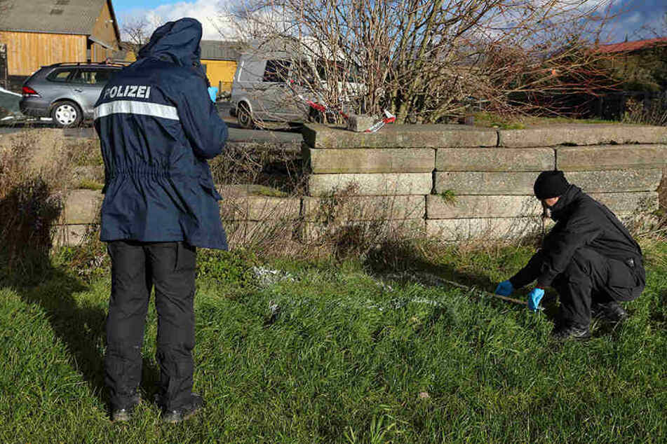 Polizisten vermessen die Fundstelle. Hier wurde der Säugling im Dezember 2017 abgelegt und starb.