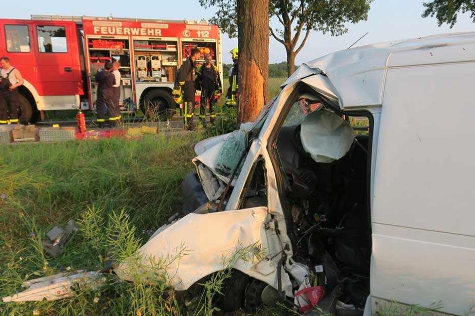 Die Feuerwehr konnte den Fahrer des Transporters nicht mehr retten.