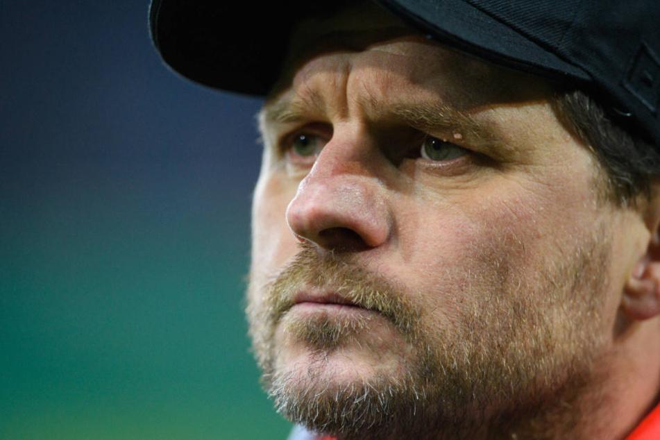 Steffen Baumgart ist sich noch nicht sicher, wer Sebastian Schonlau in der Innenverteidigung ersetzen wird.