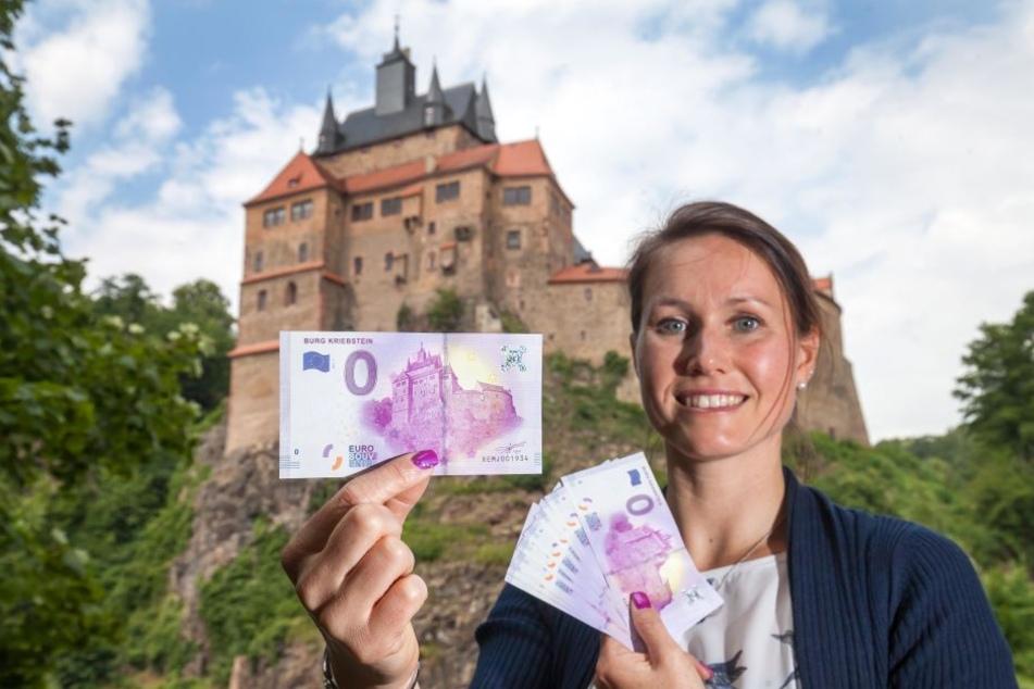 Die neue Burgchefin Susanne Tiesler (36) ist begeistert von dem Souvinier - es wird ihr förmlich aus den Händen gerissen.