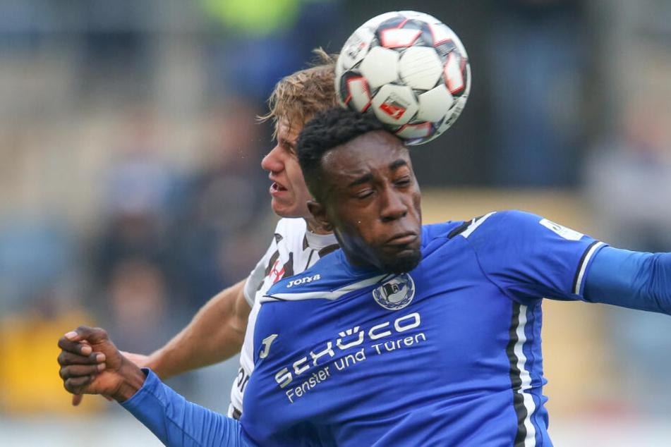 Kann Bielefelds Prince Osei Owusu (r.) - hier im Kampf um den Ball mit Florian Carstens aus Hamburg - den Löwen zu neuem Aufwind verhelfen?